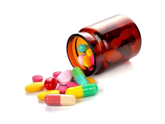 Bouteille pilule, renverser, pilules, sur, surface, isolé, sur, a, blanc