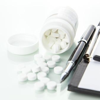 Bouteille de pilules avec la prescription sur fond blanc