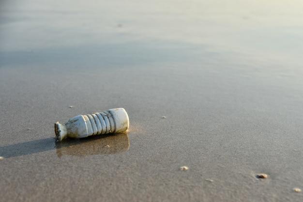 Bouteille sur la plage sale.