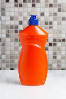 Bouteille en plastique avec agent de nettoyage sur la table