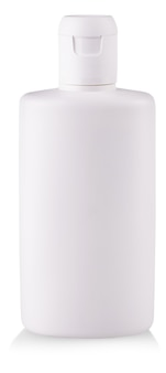 La bouteille en plastique du savon liquide transparent coloré isolé sur fond blanc