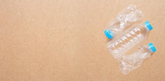 Bouteille en plastique sur fond de contreplaqué.
