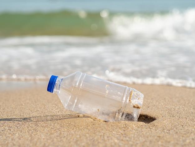 Bouteille en plastique laissée sur la plage