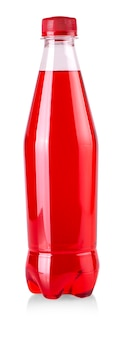 La bouteille en plastique avec de la limonade rouge isolé sur fond blanc
