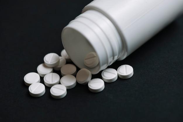 Bouteille en plastique et des pilules