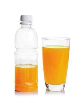 Bouteille en plastique et verre de jus d'orange