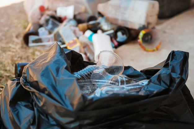 Bouteille poubelle dans un sac en plastique noir
