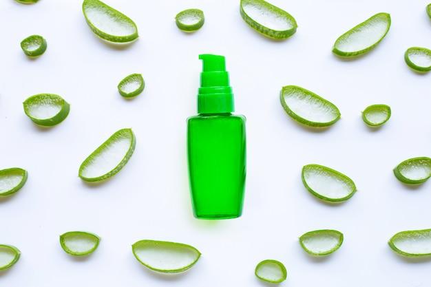 Bouteille de produits pour gel cosmétique aloe vera pour spa ou soins de la peau sur fond blanc.