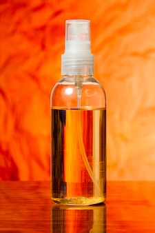 Bouteille avec pulvérisation d'huile pour le corps est sur la table