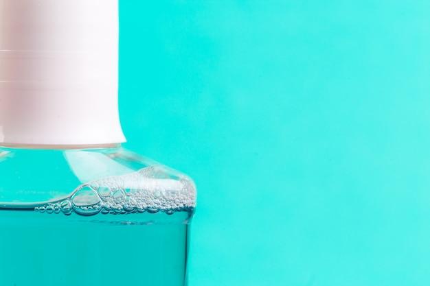 Bouteille de rince-bouche bleu.