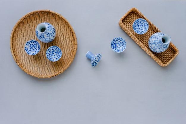 Bouteille de saké et coupe sur fond de table. vue de dessus