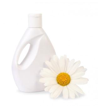 Bouteille de savon liquide avec fleur de marguerite sur blanc