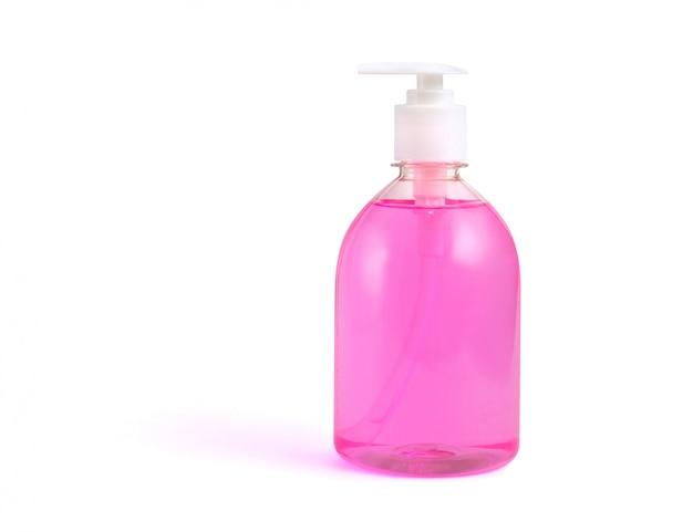 Bouteille de savon liquide rose sur fond blanc isolé.
