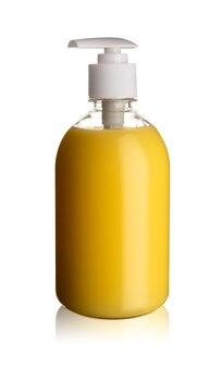 La bouteille de savon pompe en plastique jaune sans étiquette isolé sur fond blanc
