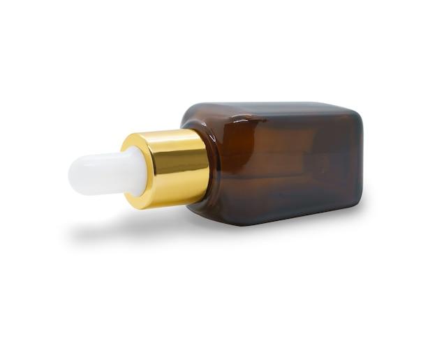 Bouteille de sérum compte-gouttes en verre de bouteille cosmétique marron sur fond blanc, maquette pour la conception de produits cosmétiques