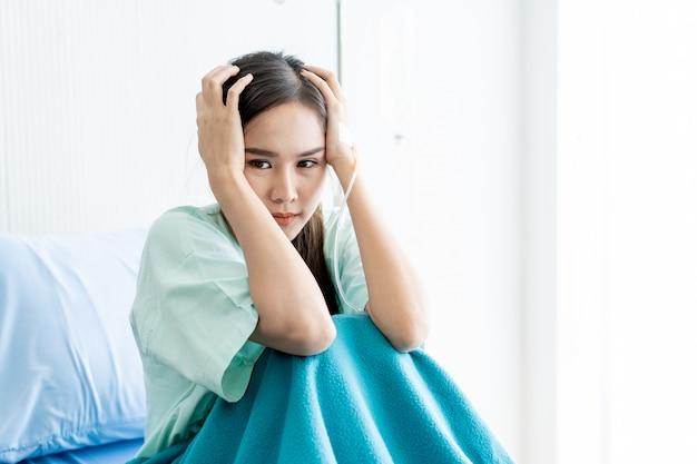 Bouteille de sérum physiologique suspendu à un stand à l'hôpital. soins de santé et concept médical.