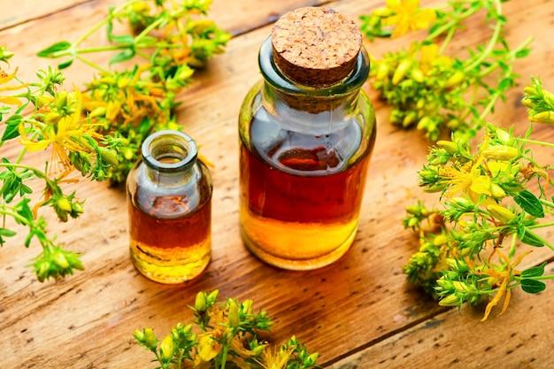 Bouteille de teinture de guérison ou d'élixirs à base de plantes. extrait de fleur d'hypericum. médecine alternative à base de plantes