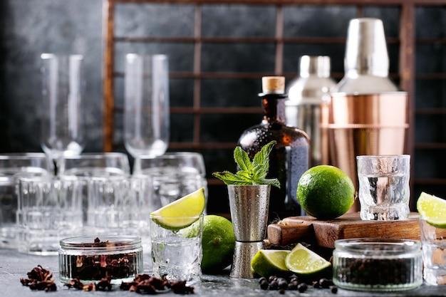 Bouteille de tequila et de nombreux verres sur la table