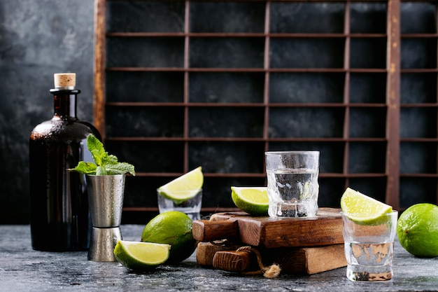 Bouteille de tequila et verres à limes