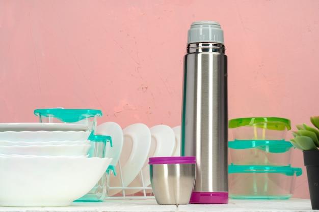 Bouteille thermos contre la vaisselle dans une cuisine