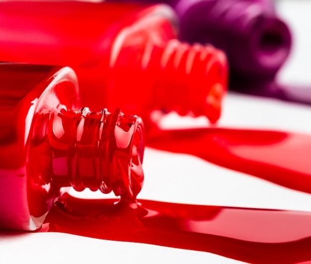 Bouteille de vernis à ongles rouge