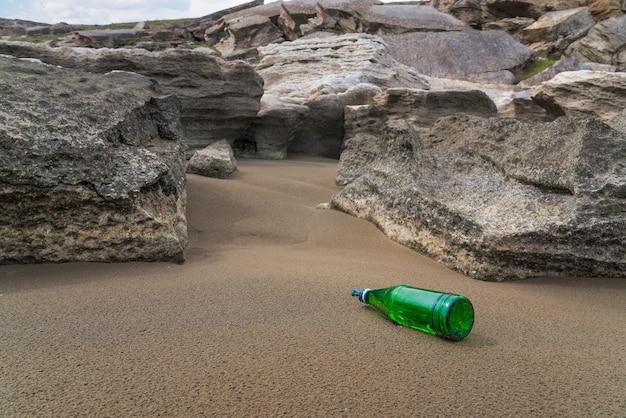 Bouteille en verre abandonnée. pollution environnementale