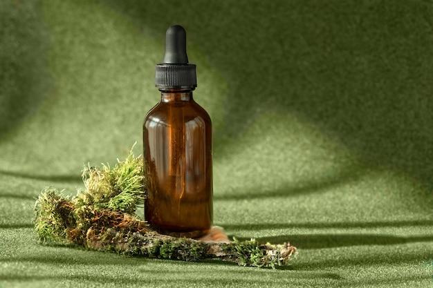 Bouteille en verre ambré avec sérum huile essentielle anti-vieillissement produit de beauté cosmétique de collagène parmi les