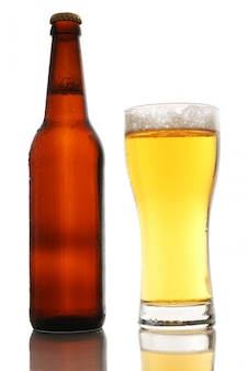 Bouteille et un verre de bière avec de la mousse isolé sur fond blanc
