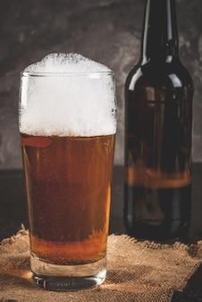 Bouteille et un verre de bière