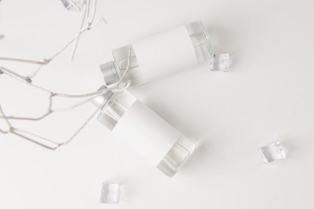 Une bouteille en verre blanc est placée sur un fond blanc