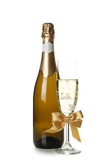 Bouteille et verre de champagne isolé sur blanc