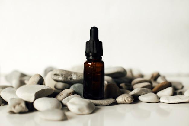 Bouteille en verre avec concept de soins de la peau aux huiles essentielles