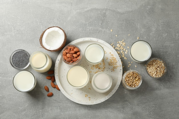 Bouteille et verre de différents types de lait. vue de dessus