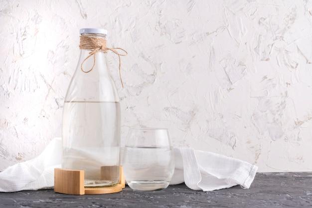 Bouteille en verre avec de l'eau distillée absolument propre isolée sur des surfaces grunge