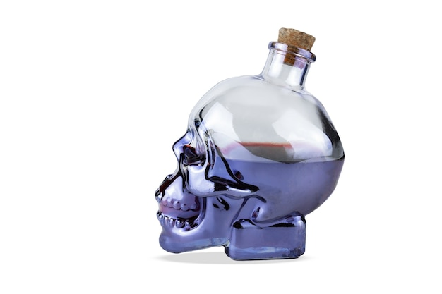 Bouteille en verre en forme de crâne avec du liège avec un liquide violet à l'intérieur, isolé sur fond blanc