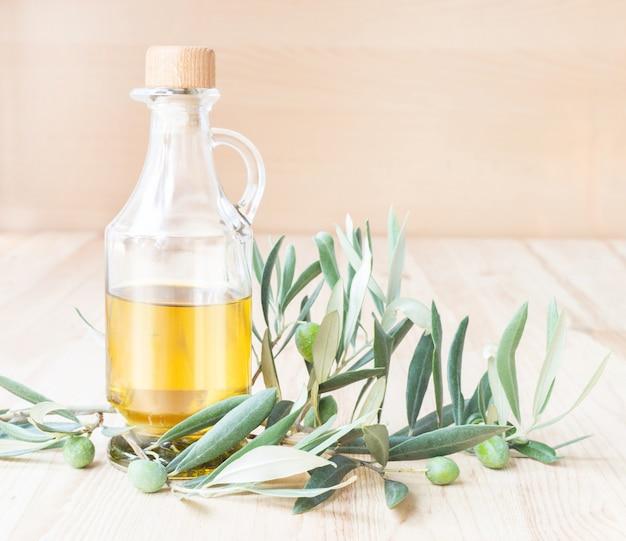 Bouteille en verre d'huile d'olive.