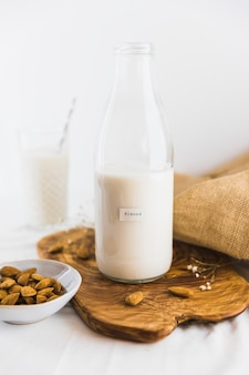 Bouteille et verre de lait aux noix