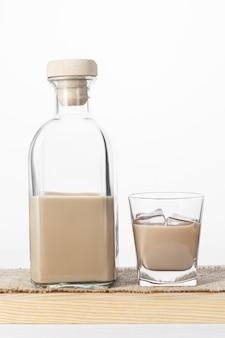 Bouteille et verre de liqueur de café à la crème avec de la glace