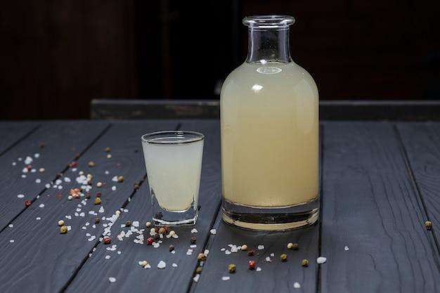 Bouteille et verre de moonshine