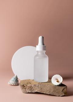 Bouteille en verre avec produit cosmétique concept de soins de la peau de beauté