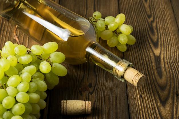 Bouteille en verre de vin avec bouchons sur fond de table en bois
