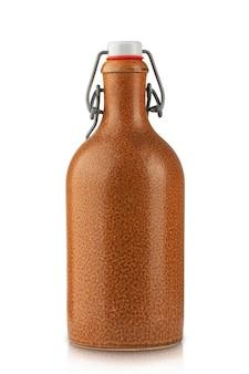 Bouteille de vin en argile vintage avec bouchon en caoutchouc isoler sur fond blanc
