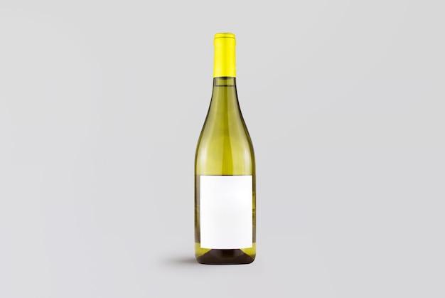 Bouteille de vin blanc brillant sur gris