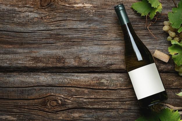 Bouteille de vin blanc avec étiquette. verre de vin et raisin. maquette de bouteille de vin. vue de dessus.