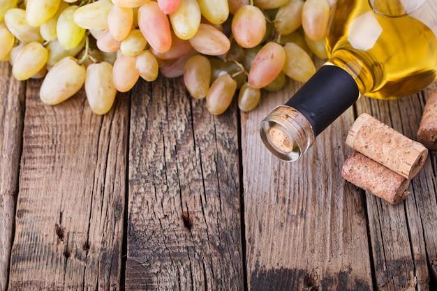 Bouteille de vin blanc, raisin et bouchons