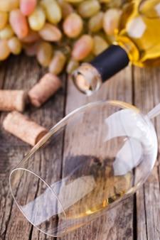 Bouteille de vin blanc, raisin