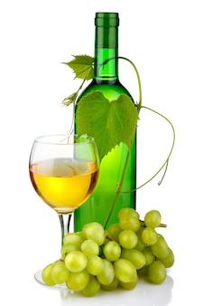 Bouteille de vin avec branche de verre et de raisin isolée