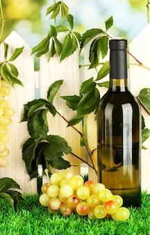 Une bouteille de vin sur la clôture