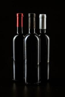 Bouteille de vin sur une couleur noir foncé