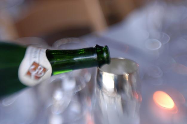 Bouteille de vin avec flûte de champagne